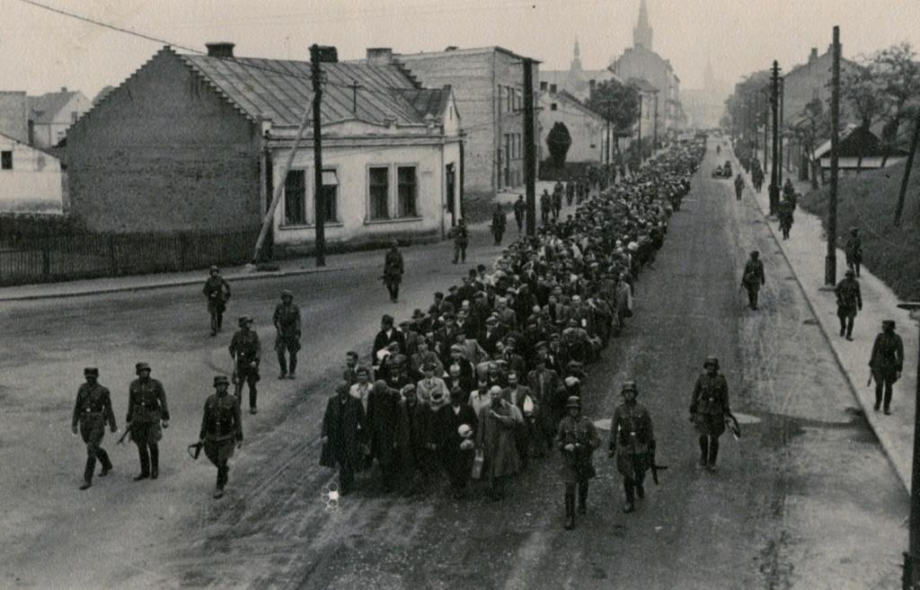 Auschwitz więźniowie pierwszego transportu na ulicach Tarnowa