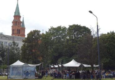 Uroczystość posadzenia drzew i osłonięcia kamieni upamiętniających Sprawiedliwych